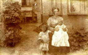 Mirek with his mother and sister, Torun 1917