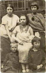 Mirek, with his mother and sisters, Torun 1925